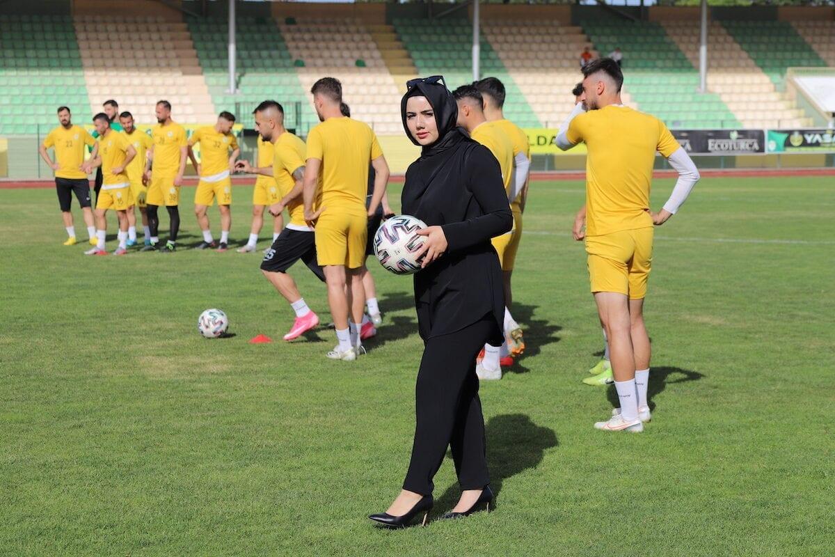 Conheça a presidente do clube de futebol da Turquia com lenço na cabeça